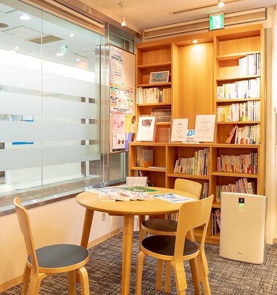 図書コーナーと本棚